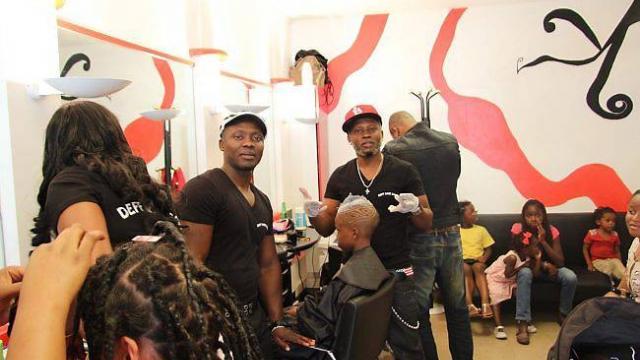 Salon de coiffure hommes, femmes, enfants en Afrique